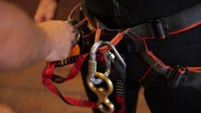 Preparación del descenso de cañones - cuerda y mosquetón que suben almacen de video