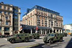 Preparación del desfile de Victory Day en Moscú - equipo militar en una calle de la ciudad Imagen de archivo