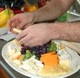 Preparación del disco de la fruta y del queso Imagen de archivo libre de regalías