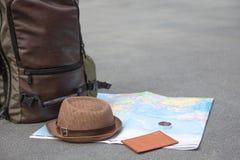 Preparación del esencial de los accesorios de la mochila del viaje, endecha plana, falsa para arriba La idea para el turismo con  imagen de archivo