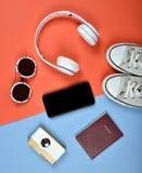 Preparación del esencial del viaje, pantalla en blanco del smartphone para la maqueta, accesorios del viaje, teléfono móvil, pasa Imágenes de archivo libres de regalías