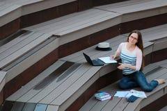 Preparación del estudio de la estudiante al aire libre Fotos de archivo