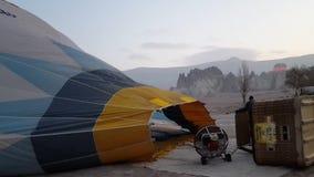 Preparación del globo del aire caliente de Cappadocia antes de la salida del sol almacen de video