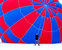 Preparación del globo del aire caliente Imagen de archivo libre de regalías