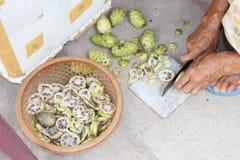 Preparación del higo chumbo en Vietnam Imagen de archivo
