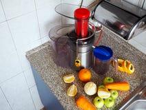 Preparación del jugo de las frutas y verduras frescas fotos de archivo