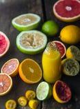 Preparación del jugo fresco de la fruta cítrica en una cocina rústica Imagen de archivo