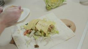 Preparación del lavash armenio con el pollo y las verduras almacen de video
