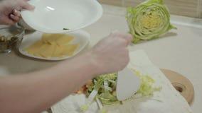 Preparación del lavash armenio con el pollo y las verduras metrajes
