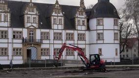 Preparaci?n del parque cerca del castillo para la primavera Parque en el castillo Schloss Neuhaus en primavera