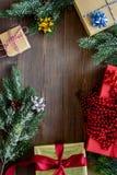 Preparación del partido del Año Nuevo con el embalaje de regalos en cajas en el espacio de madera del veiw del top del fondo para Imagen de archivo