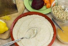 Preparación del pastel de queso crudo de la baya del vegano gluten-libre en un brigh Fotografía de archivo