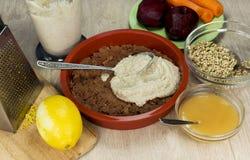 Preparación del pastel de queso crudo de la baya del vegano gluten-libre en un brigh Fotos de archivo