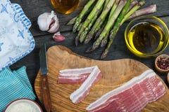 Preparación del plato, del espárrago y del tocino simples italianos Imagen de archivo libre de regalías