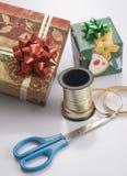 Preparación del regalo para los días de fiesta Imágenes de archivo libres de regalías