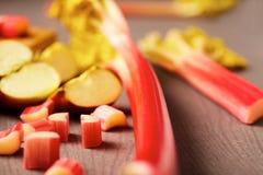 Preparación del ruibarbo y postre o empanada de la manzana fotografía de archivo libre de regalías