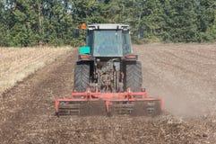 Preparación del suelo de la siembra con el tractor Fotos de archivo libres de regalías