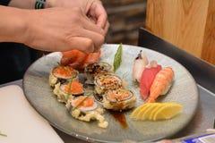 Preparación del sushi japonés Imagenes de archivo