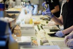 Preparación del sushi y de rollos Fotos de archivo