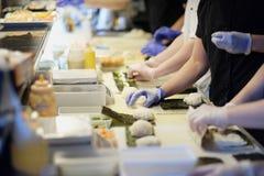 Preparación del sushi y de rollos Imagen de archivo libre de regalías