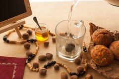 Preparación del té verde de la flor china con el sistema del jazmín con apenas las magdalenas cocidas frescas Fotos de archivo libres de regalías