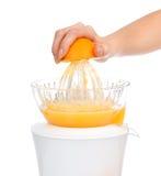Preparación del zumo de naranja fresco con el juicer fotos de archivo
