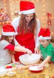 Preparación feliz por días de fiesta de la Navidad Fotografía de archivo