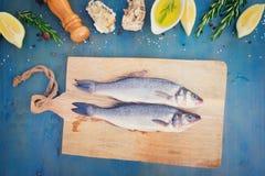 Preparación fresca de los pescados de mar fotos de archivo