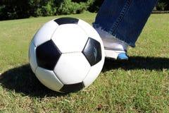 Preparación golpear la bola con el pie Fotos de archivo libres de regalías