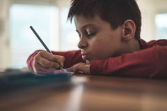 Preparación joven de la escritura del muchacho Imagen de archivo