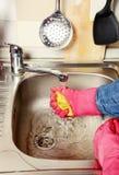 Preparación - mujer que limpia la cocina Imagen de archivo