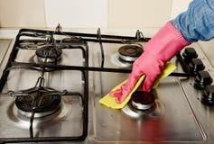 Preparación - mujer que limpia la cocina Imagenes de archivo