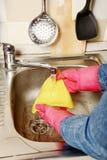 Preparación - mujer que limpia la cocina Fotos de archivo