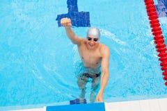 Preparación muscular de Young del nadador que gana Fotos de archivo