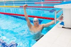 Preparación muscular de Young del nadador que gana Foto de archivo libre de regalías