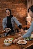 Preparación musulmán para la cena de ayuno del Ramadán imagenes de archivo