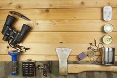 Preparación para acampar del verano Cosas necesarias para una aventura épica Ventas del equipo que acampa Foto de archivo libre de regalías