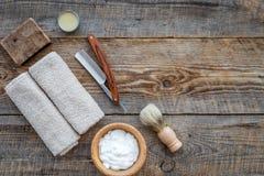 Preparación para afeitar de los hombres Brocha de afeitar, maquinilla de afeitar, espuma en copyspace de madera de la opinión sup Fotos de archivo