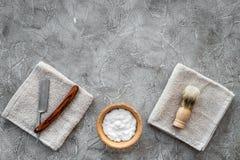 Preparación para afeitar de los hombres Brocha de afeitar, maquinilla de afeitar, espuma en copyspace de piedra gris de la opinió Fotos de archivo libres de regalías
