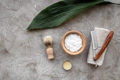 Preparación para afeitar de los hombres Brocha de afeitar, maquinilla de afeitar, espuma en copyspace de piedra gris de la opinió Fotografía de archivo libre de regalías