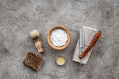 Preparación para afeitar de los hombres Brocha de afeitar, maquinilla de afeitar, espuma en copyspace de piedra gris de la opinió Foto de archivo