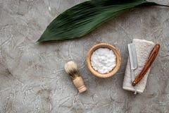 Preparación para afeitar de los hombres Brocha de afeitar, maquinilla de afeitar, espuma en copyspace de piedra gris de la opinió Fotografía de archivo