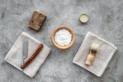 Preparación para afeitar de los hombres Brocha de afeitar, maquinilla de afeitar, espuma en la opinión superior del fondo de pied Foto de archivo libre de regalías