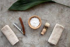 Preparación para afeitar de los hombres Brocha de afeitar, maquinilla de afeitar, espuma en la opinión superior del fondo de pied Imagen de archivo