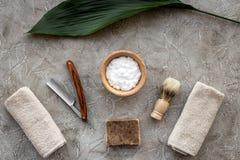 Preparación para afeitar de los hombres Brocha de afeitar, maquinilla de afeitar, espuma en la opinión superior del fondo de pied Fotografía de archivo