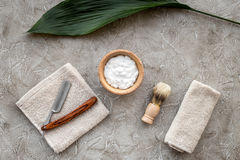 Preparación para afeitar de los hombres Brocha de afeitar, maquinilla de afeitar, espuma en la opinión superior del fondo de pied Imagen de archivo libre de regalías