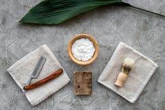 Preparación para afeitar de los hombres Brocha de afeitar, maquinilla de afeitar, espuma en la opinión superior del fondo de pied Foto de archivo