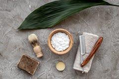 Preparación para afeitar de los hombres Brocha de afeitar, maquinilla de afeitar, espuma en la opinión superior del fondo de pied Imágenes de archivo libres de regalías