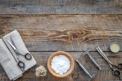 Preparación para afeitar de los hombres Brocha de afeitar, maquinilla de afeitar, espuma, sciccors en copyspace de madera de la o Fotografía de archivo libre de regalías