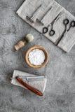 Preparación para afeitar de los hombres Brocha de afeitar, maquinilla de afeitar, espuma, sciccors en copyspace de piedra gris de Fotografía de archivo